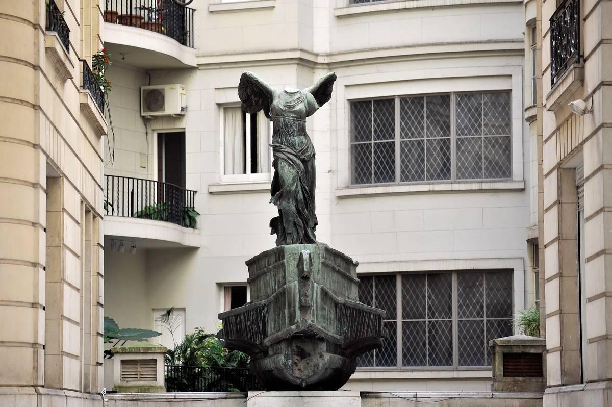 Alada. La escultura que se ve en el patio del Estrugamou. /Maxi Failla
