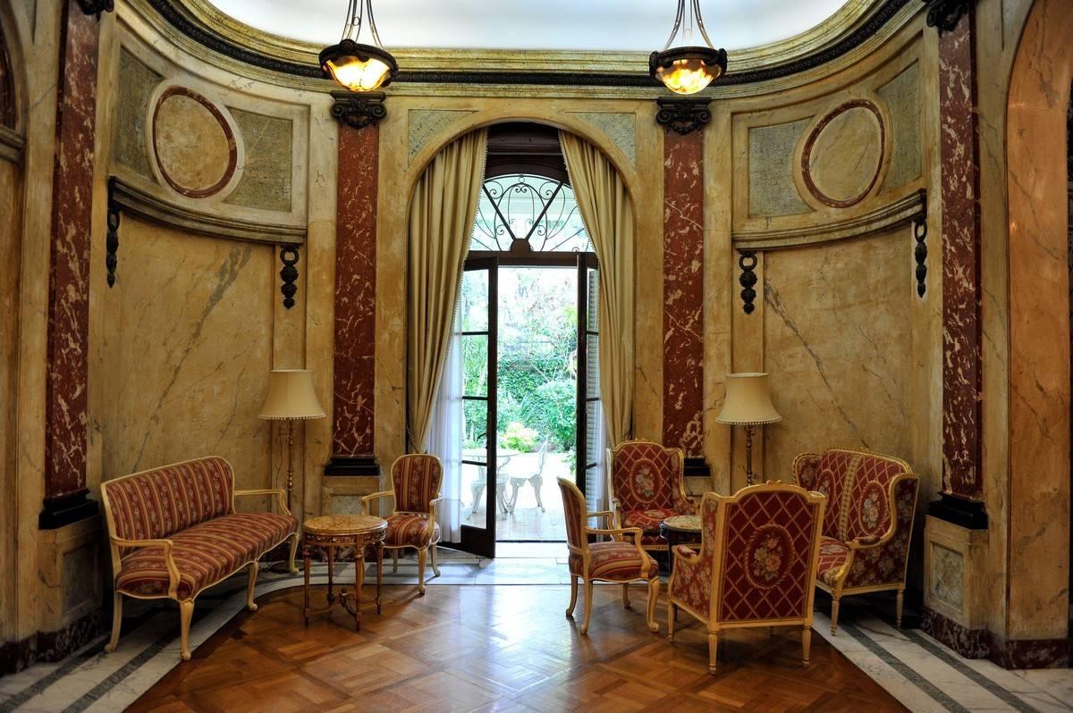 Por dentro. Una de las salas del Lanús, sede de la Embajada de Polonia, en A. M. Aguado 2870. Los mármoles, de al menos seis canteras distintas, son un imán. / Maxi Failla