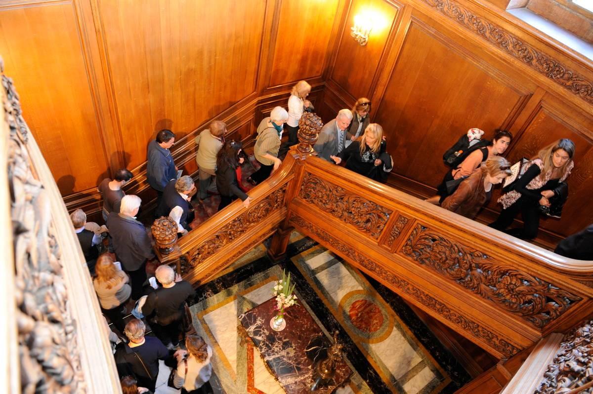 Escalera. Tallada, en madera noble, impacta en una visita guiada por la Embajada de Francia. / Archivo Clarín